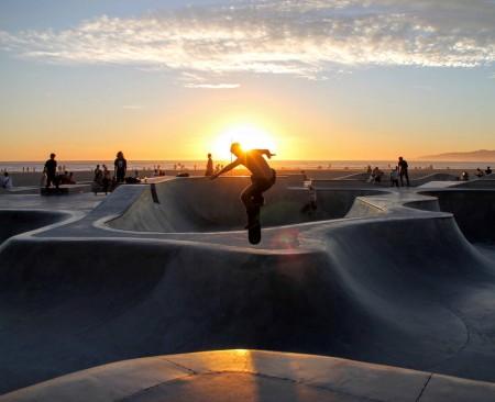 Man's spectacular skateboard performance
